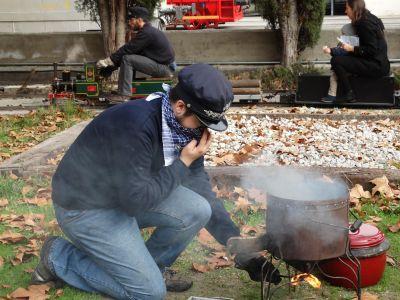 """Uno de nuestros socios encendiento el fuego para la olla ferroviaria con la 030-003 """"Alicia"""" circulando"""
