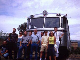 Foto de grupo con el ferrobús de ABUAF