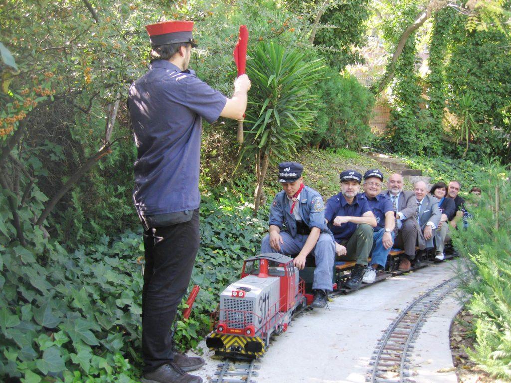 Un tren del Ferrocarril de las Delicias recibiendo la orden de salida de la estación de Tomás Bretón.