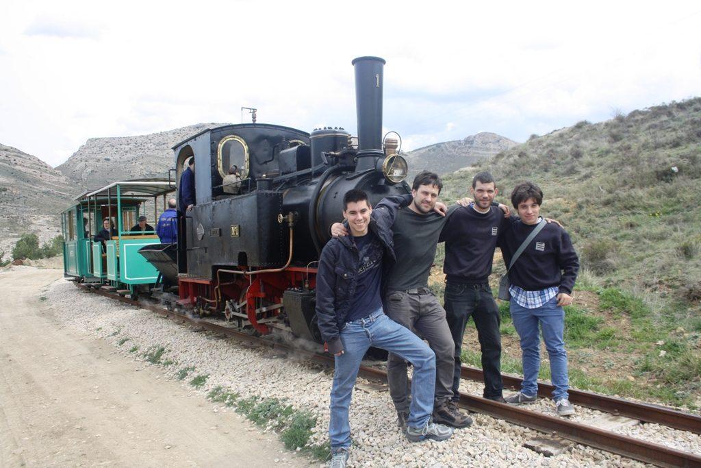 """El grupo frente a la locomotora """"Hulla"""", en Utrillas (Teruel)."""