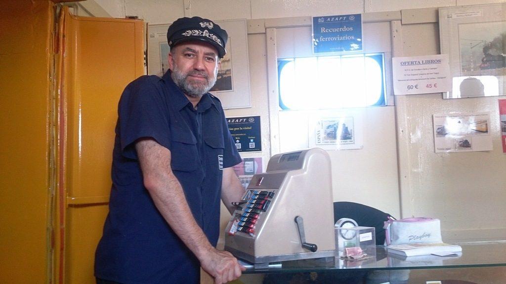 El Presidente del Círculo, con la máquina Hugin dentro del tren de las Edades del Hombre.