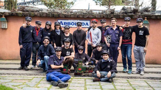 Foto de los miembros del CiMaF en Arboleda, tras un Mercado de Motores