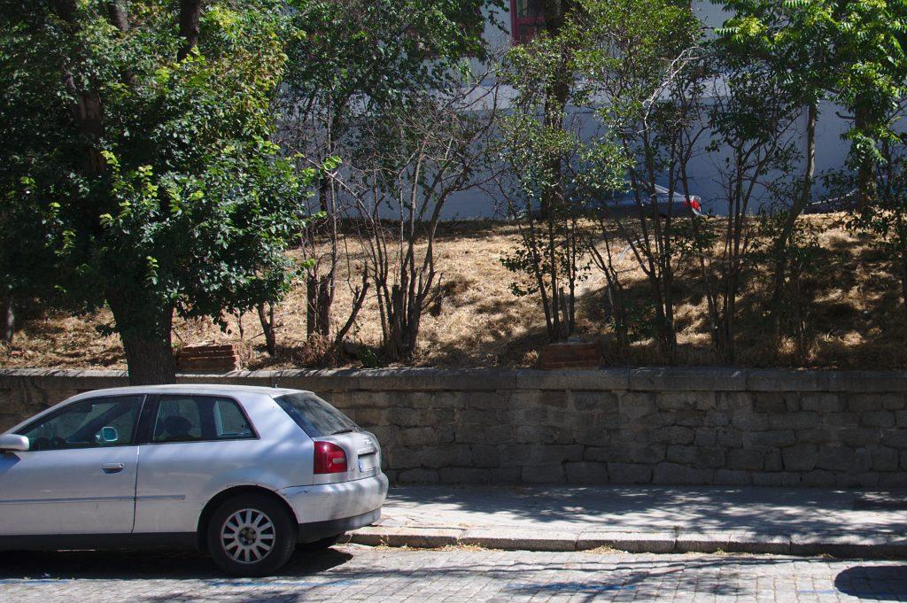 Zona del terraplén en la que se podría instalar la escalera para mejorar el acceso a la estación de Cercanías.