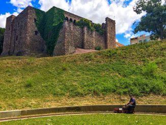 Tren bajo el castillo de Terrassa, en el FC de Vallparadís