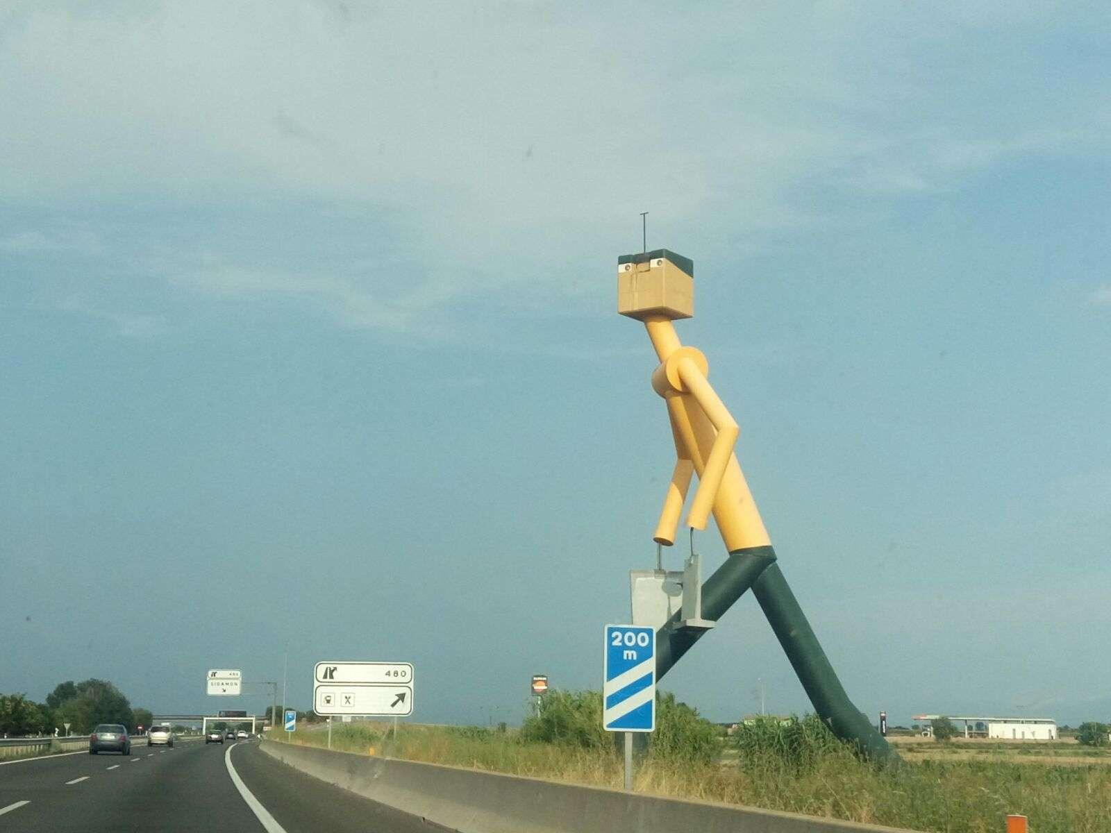 Payés gigante a punto de cruzar la A-2 en Lleida