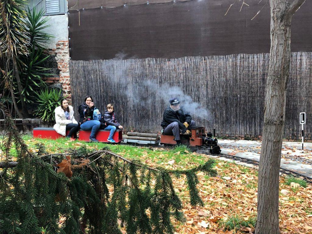 Avelino remolcando con la Eva un tren en la entrada a Arboleda