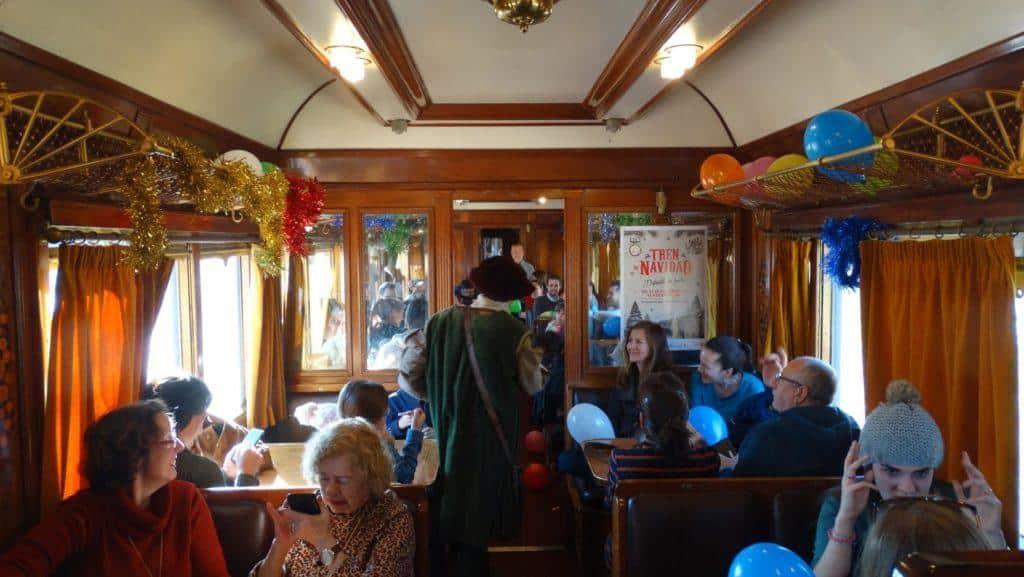 Interior de los coches Prestige con la decoración del Tren de la Navidad