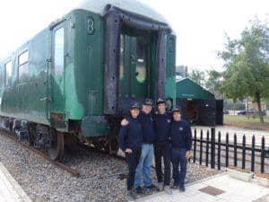 El grupo de socios que viajó a Benicàssim, junto al coche 12.000 preservado por la Asociación Cultural Tren de Farja
