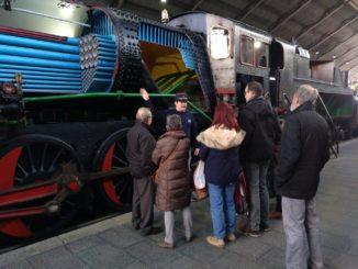 """Explicación del funcionamiento de una locomotora de vapor junto a la """"Mikado"""" seccionada"""