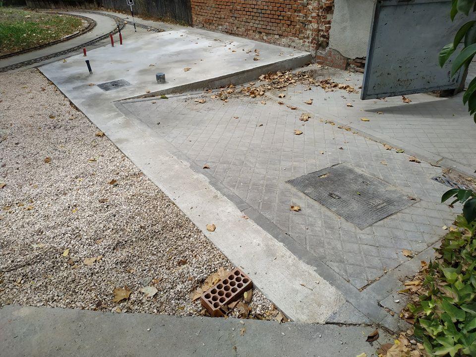 Losa de vía y obras con escalón de acceso