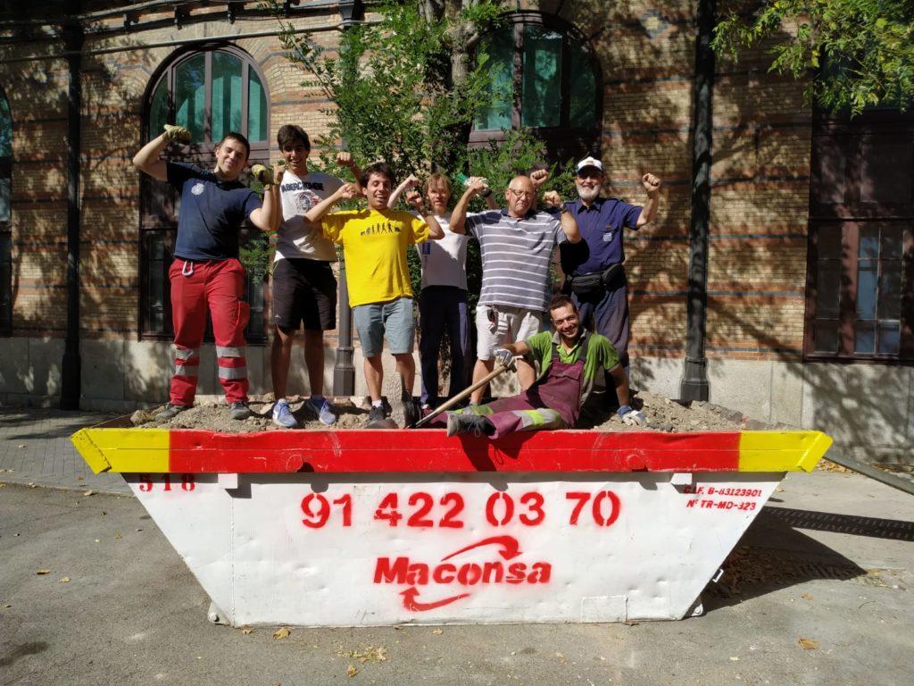 Grupo de socios sobre el contenedor