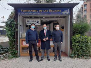 José Carlos Domínguez Curiel junto a la taquilla del Ferrocarril de las Delicias durante su visita
